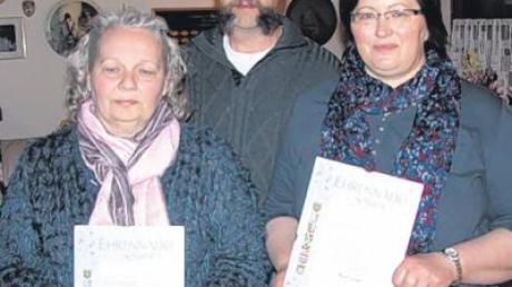 Vorsitzender Manfred Weiser zeichnet Doris und Renate Kleimaier (von links) für 25-jähriges Dabeisein beim Gartenbauverein aus.
