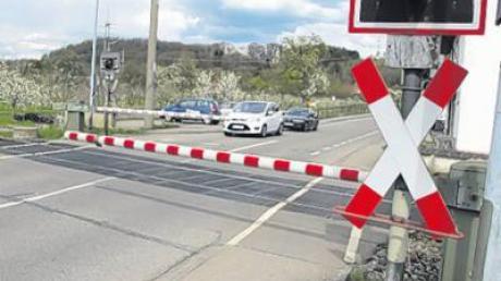 Ärger droht einem 22-jährigen Augsburger. Der Fahrer eines Kleintransporters überquert den Bahnübergang bei Schwabhausen trotz geschossener Schranke.