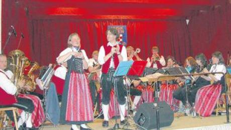 Für ihr alljährliches Frühlingsfest lassen sich die Musiker immer etwas einfallen. Unser Bild vom vergangenen Jahr zeigt Doris und Armin Käufler als Solisten, dieses Jahr veranstalten sie einen Gaudiwettbewerb.