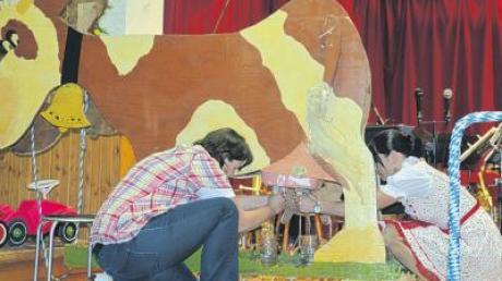 Wenn das keine Gaudi ist: Wettmelken an einer Kuh aus Weiler mitten auf der Bühne zwischen Vertretern von Musikern und Turnverein.