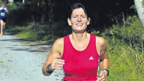 Regina Straub vom Turnverein Osterberg beim Laufen. 880 Kilometer hat sie abseits von guten Wegen trainiert, um beim Fisherman's-Lauf zu bestehen.