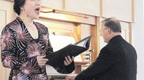 Wolfgang Treß an der Orgel und Sopranistin Haeyoung Shin musizierten in der Heilig-Kreuz-Kirche.