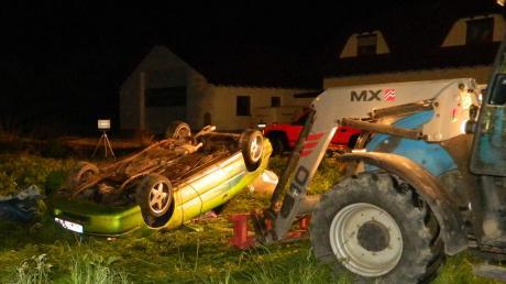 Unfall mit tödlichem Ausgang in Sinningen: Mit einem Traktor versuchten Ortsansässige das Unfallauto anzuheben und damit die Rettungsarbeiten zu unterstützen
