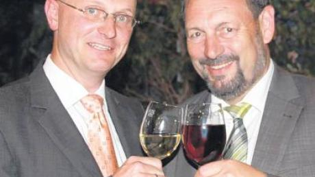 Landrat Heinz Seiffert (rechts) gratulierte dem wiedergewählten Bürgermeister der Gemeinde Illerrieden, Jens Kaiser, bei der Amtseinführung.
