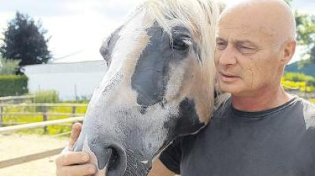 """Noch etwas schüchtern nähert sich Lucca Haag dem süßen Ponyfohlen, das sich aber als sehr zutraulich erweist (Bild links). Als """"Pferdeflüsterer"""" von Sinningen betreut Roland Janzen in geradezu liebevoller Weise Tiere, die zum Teil zuvor unwürdig gehalten wurden."""