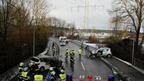 Bei Glatteis haben sich am Sonntagmorgen im Raum Vöhringen zwei schwere Unfälle ereignet. Auf der Illerbrücke in Richtungen Illerrieden waren drei Fahrzeuge verwickelt, eines ging in Flammen auf. Insgesamt vier Personen wurden bei den Unfällen unterschiedlich stark verletzt.