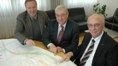 Sie studierten im Landratsamt Neu-Ulm gemeinsamen den Bauplan der Ortsumfahrung von Obenhausen (von links): Buchs Bürgermeister Roland Biesenberger, Ex-Landwirtschaftsminister Josef Miller (Memmingen) und Landrat Erich Josef Geßner.