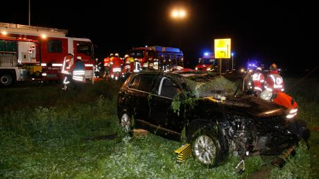Einen schwerverletzten Mann hat die Feuerwehr bei Illerrieden aus diesem Auto befreit. Der 47-Jährige hatte sich mit dem Wagen mehrfach überschlagen.