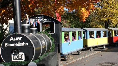 Sie bietet bei Festen Spaß für Jung und Alt: Die Auer Bimmelbahn ist einer Verjüngungskur unterzogen worden.