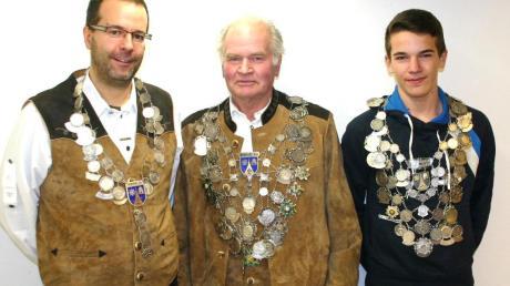 Die neue Regentschaft des Schützenvereins Au. Unser Bild zeigt (von links) Luftpistolenkönig Andreas Fleischer, Schützenkönig Arthur Brönner und Jungschützenkönig Max Weber.
