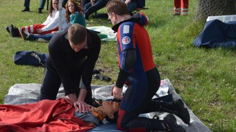 Auch eine untergegangene Person mussten die Taucher versorgen. Dazu diente eine Übungspuppe.