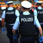 Erst mit dem Einsatz von Hunden und Schlagstöcken kann die Polizei die Männer am Ulmer Hauptbahnhof überwältigen.