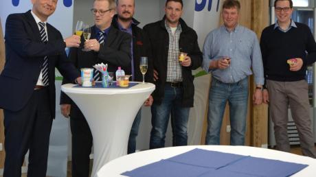Zur Eröffnung des Ehrmann-Lädele traf sich Firmenchef Christian Ehrmann (links) mit Bürgermeister Günther Fuchs (Zweiter von links) und Oberschönegger Gemeinderäten zu einem kleinen Umtrunk.