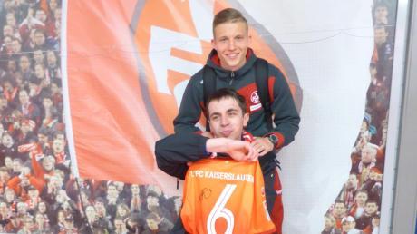 Stolz zeigt Dennis Friedrich sein neues Trikot vom 1. FC Kaiserslautern – unterzeichnet von Alex Ring. Der spielte kurz zuvor in der Nummer sechs und erzielte das 1:0 gegen Nürnberg auf dem Betzenberg.