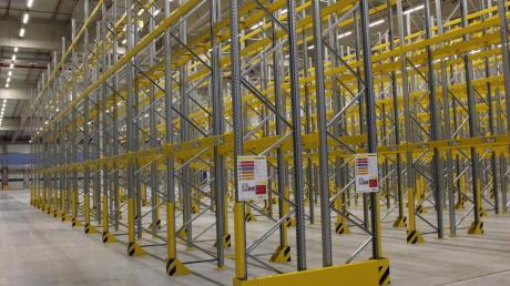 Ein Hochregal reiht sich im neuen Logistikzentrum des Lebensmittel-Discounters Lidl in Dettingen ans andere. Insgesamt wurden rund 20000 Palettenplätze geschaffen. Im januar soll das Logistikzentrum in Betrieb gehen.
