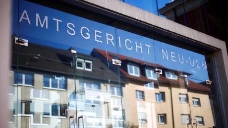 Er soll eine 11-Jährige genötigt haben, ihm Nacktbilder zu schicken und eines davon über ein soziales Netzwerk verbreitet haben. Dafür musste sich ein 19-Jähriger aus Vöhringen vor dem Amtsgericht Neu-Ulm verantworten.