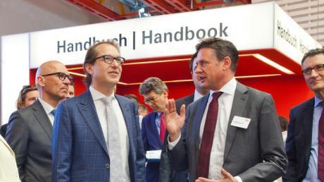 Bundesminister Alexander Dobrindt (links) und Alexander Schwörer im Gespräch.