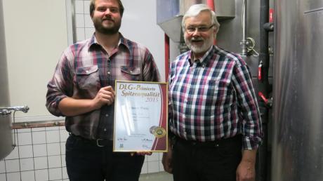 Wolfgang und Josef Reitinger brauen ihr Bier in Oberroth. Stolz zeigen sie ihre Prämierungs-Urkunde für das Reitinger Märzen.