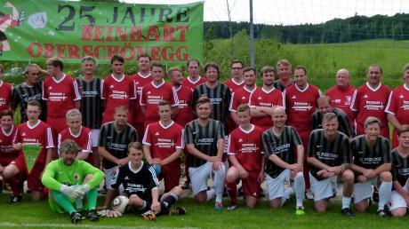 Ein unvergessliches Erlebnis für die Oberschönegger Beinhart-Kicker war das Spiel gegen die Traditionsmannschaft des FC Augsburg. Dabei hielten die Hobby-Fußballer gut mit den Ex-Profis mit.