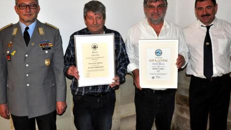 Für ihren Einsatz beim Veteranen- und Soldatenverein in Oberroth geehrt wurden Erwin Mößmer (links) und Thomas Dieterich.