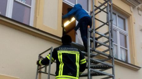 Nach Einbau einer provisorischen Gerüsttreppe als Fluchtweg wurde das Oberschönegger Kindergartenpersonal von der Feuerwehr Oberschönegg bei einer Evakuierungsübung für den Ernstfall geschult.