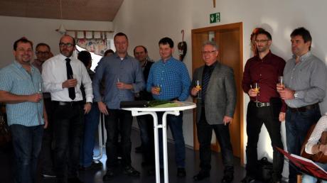 Gemeinsam mit seinen Gemeinderäten und Bürgern stieß Oberroths Bürgermeister Willibold Graf (Mitte) auf das Jahr 2017 an.