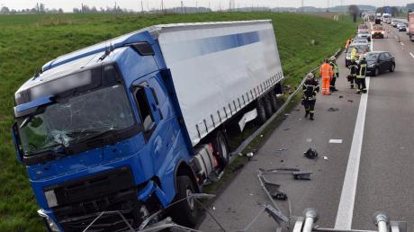 Ein Lastwagen hat eine Leitplanke nieder gewalzt.
