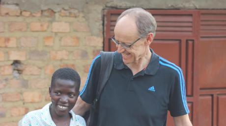 Der Bildungsreferent des Kindermissionswerks Ulm, Peter Förg, setzt sich für Mädchen und Buben in Uganda ein.