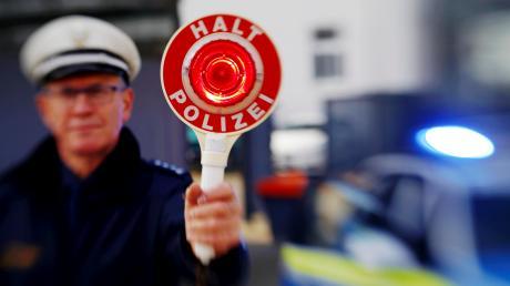 Bei einer Fahrzeugkontrolle in Dasing stellt die Polizei fest, dass an einem Anhänger das Kennzeichen fehlt.