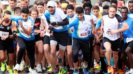 Am Start sind noch alle beisammen: 5700 Läufer wollen es gestern in Ulm über die Marathon- und Halbmarathondistanz wissen. 10800 Sportler waren es beim Einstein-Marathon insgesamt.