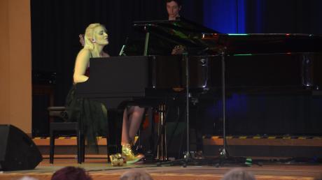 Valentina Babor und ihre Rhythmusband (im Bild hinten Thilo Zirr an der Gitarre), erhielten für ihre Vorträge quer durch die musikalischen Genres viel Applaus. Die Pianistin begeisterte durch Emotionalität und Perfektion.