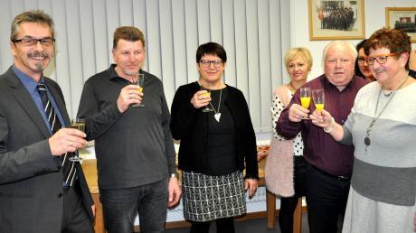 Mit einem Prosit hat der Winterrieder Bürgermeister Hans-Peter Mayer (links) mit Vertretern von Gemeinde und Vereinen auf das neue Jahr 2018 angestoßen.