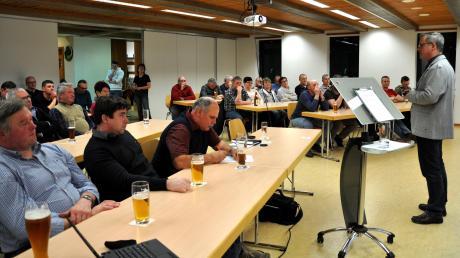 50 Besucher informierten sich bei der Dietershofer Bürgerversammlung über Projekte der Gemeinde. Rechts im Bild: Bürgermeister Günther Fuchs.