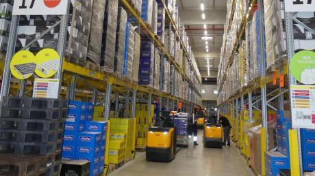 Waren über Waren: Eindrucksvolle Einblicke bietet das große Lager des Lidl-Logistikzentrums bei Dettingen. 39 solcher Betriebe unterhält der Discounter in Deutschland.
