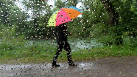 In der Nacht zum Montag soll es überall in Bayern regnen.
