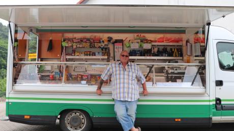 Aus seinem Wagen heraus verkauft Harald Hutter alles, was man zum Leben braucht. Jeden Tag fährt er dafür durch die Gemeinden in der Region.