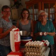 Drei Generationen packen beim Küchle-Backen mit an (von links): Anne Berger, Ramona Berger und Maria Walser.