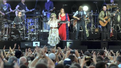 Fünf Kellys auf einen Blick: (im Vordergrund von links) Angelo (am Schlagzeug), Patricia, Kathy, John und Joey auf der Bühne im Klosterhof. Nicht im Bild sind Jimmy und Paul.