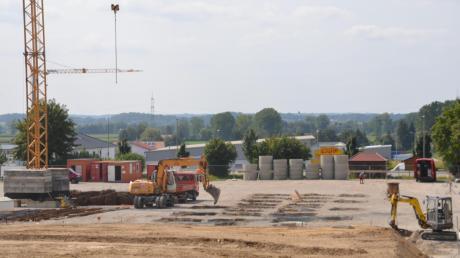 """In unmittelbarer Nähe zur Schule soll in Buch ein neuer Kindergarten namens """"Purzelbaum"""" entstehen. Die Arbeiten sind schon in vollem Gange."""