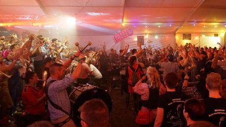 """Einer der Höhepunkte im gut besuchten Festival-Zelt: Bei """"Gugg am See"""" spielten auch die """"Note.Quetscher"""" auf – die Gemeinschaftsband aus 120 Musikern aus verschiedenen Orten hat sich vor 16 Jahren gegründet."""
