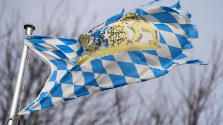 Der Deutsche Wetterdienst warnt in Teilen von Bayern weiter vor Sturmböen.