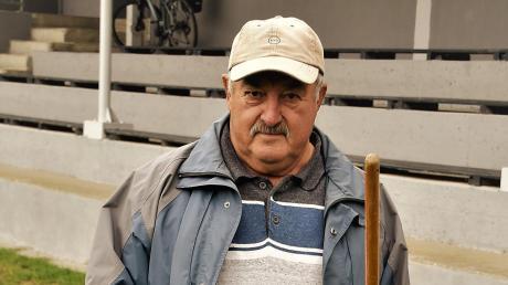 Auch nach seiner Knieoperation sorgt Peter Ströhm auf dem Sportgelände des FV Winterrieden immer noch für Sauberkeit und Ordnung. Als Maurer und Polier waren seine Fähigkeiten bei zahlreichen Bauarbeiten stets gefragt.