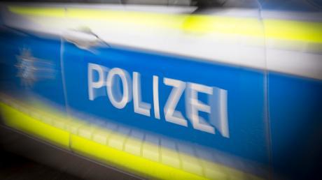 In Friedberg touchiert ein Fahrer einen parkenden Pkw. Nach Angaben der Polizei beträgt der Schaden etwa 2500 Euro.
