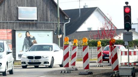 In der Unterrother Straße in Illertissen wird momentan eine Wasserleitung verlegt. Im Boden liegen außerdem viele Kabel – was sich nun rächte.