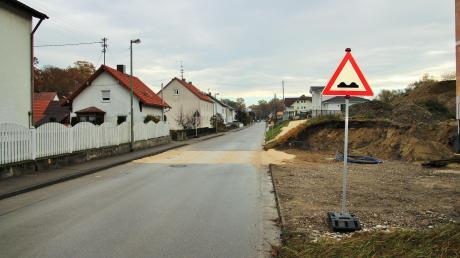 Die Altwasserstraße in Kellmünz lädt so manchen Autofahrer zum Rasen ein.