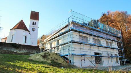 Das neue Osterberger Pfarrheim, das unterhalb der Pfarrkirche St. Peter und Paul entsteht, nimmt langsam neue Formen an.