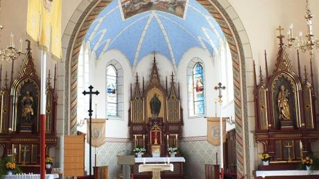 Farbe dominiert das Innere der St. Ulrichskirche in Illerzell. Auffallend ist vor allem das Blau im Chorraum. Die Kirche ist aber auch von außen schön anzusehen, wie das Bild unten rechts zeigt.