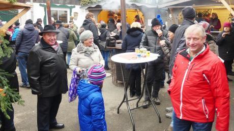 Blick in den Innenhof des Adventsdorfs. Jede Menge Besucher waren am Sonntag auf dem Markt im Altenstadter Ortsteil mit dabei.