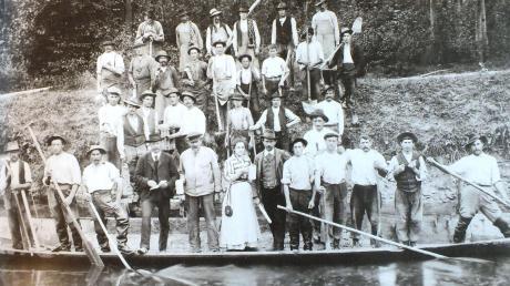 Ein Foto, das im Jahr 1908 entstand. Es zeigt Arbeiter bei Wasserbauarbeiten an der Iller. Vorne, in der Mitte des Boots, ist der Wirt des Gasthauses Zur Traube, Johann Hornstein, zu sehen.