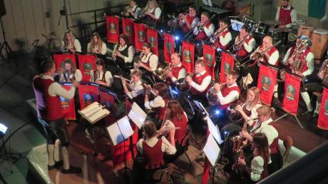 Die 31 Musiker nahmen auf einer eigens konstruierten, dreistufigen Bühne Platz. So sollte unter anderem die Akustik verbessert werden.